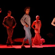 """Kadras iš Gyčio Ivanausko teatro šokio spektaklio """"8 kvadratiniai metrai"""""""