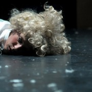 """Muzikos, šokio ir video instaliacijų spektaklis """"Raudonos kurpaitės"""""""